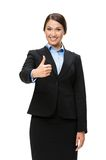 I halvfigur stående av affärskvinnan som tummar upp arkivfoto