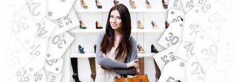 I halvfigur stående av damen i köpcentrum svarta friday royaltyfri foto
