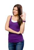 I halvfigur stående av flickan med ok gest royaltyfri bild