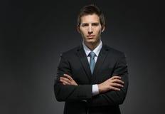 I halvfigur stående av mannen med korsade armar Fotografering för Bildbyråer