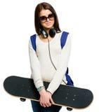 I halvfigur stående av tonåringen med skateboarden Royaltyfri Bild