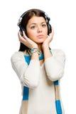 I halvfigur stående av tonåringen som lyssnar till musik Arkivbilder