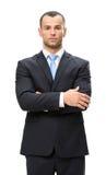 I halvfigur stående av affärsmannen med korsade armar Arkivbild