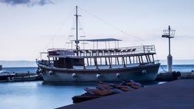 I hamnen är ett skepp och vattensparkcyklar arkivbild