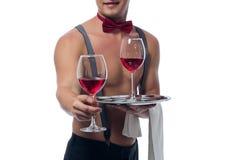 I hans hand per exponeringsglas av vin