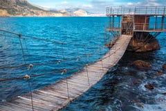 I havsgazeboen på vattnet med en upphängningbro royaltyfri foto
