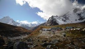 By i Himalayaen arkivfoton