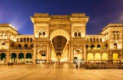 I hjärtan av Milan vid natt Arkivbild