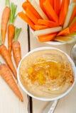 I hummus freschi immergono con la carota ed il sedano crudi Fotografia Stock