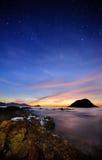 I huvudrollen himmel på stranden Arkivfoto