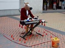 I i stadens centrum Birmingham en häst som spelar på piano Royaltyfria Bilder