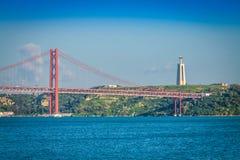 I 25 il de Abril Bridge sono un ponte che collega la città di Lisbona Fotografie Stock