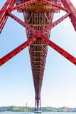 I 25 il de Abril Bridge sono un ponte sospeso a Lisbona Fotografie Stock