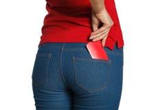 I jeans delle donne appoggiano la tasca con la carta Immagini Stock Libere da Diritti