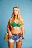 I jeans ed il canestro turistici biondi di short della ragazza insaccano Fotografia Stock Libera da Diritti