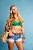 I jeans ed il canestro turistici biondi di short della ragazza insaccano Immagini Stock Libere da Diritti