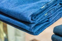 I jeans immagazzinano vicino su fotografia stock libera da diritti