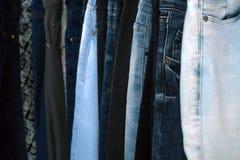 I jeans là sono molti Jeans come fondo Fotografia Stock