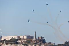 I jei volano sopra l'isola di Alcatraz nell'esposizione di aria Immagini Stock