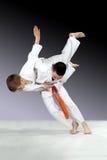 I judogi utbildar idrottsman nen höjdpunktkast Arkivfoto