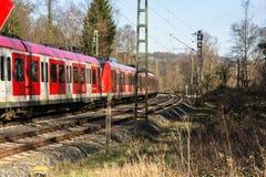 I körning järnväg drev in mot Duesseldorf arkivfoton