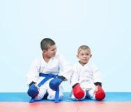 I karategi sitter idrottsman nen i en karate poserar Arkivfoton