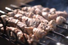 I kebab sono cucinati all'aperto Immagini Stock