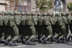 I Kiev på den Khreshchatyk militären ståta Royaltyfri Fotografi