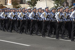 I Kiev på den Khreshchatyk militären ståta Fotografering för Bildbyråer
