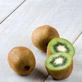 I kiwi su una tavola bianca Fotografia Stock Libera da Diritti