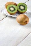 I kiwi sulla tavola su un piatto bianco Immagine Stock Libera da Diritti