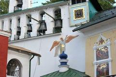 I klockstapeln av den Pskovo-Pechersky kloster Royaltyfri Foto