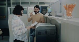 I kontorsflickan som skrivar ut några dokument och talar med hennes kollega lager videofilmer