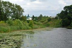 I krökning av den Kamenka floden mitt emot den Suzdal Kreml guldcirkel russia Landskap Royaltyfri Bild