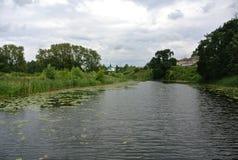I krökning av den Kamenka floden mitt emot den Suzdal Kreml guldcirkel russia Landskap Fotografering för Bildbyråer