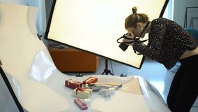 I kulisserna photoshoot för fotografitechutrustning arkivfilmer