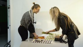 I kulisserna photoshoot för fotografiuppsättningförberedelse stock video