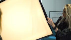 I kulisserna utrustning för fotografiinställningssoftbox stock video