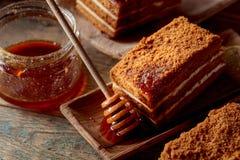 I lager honungkaka med kräm royaltyfria foton