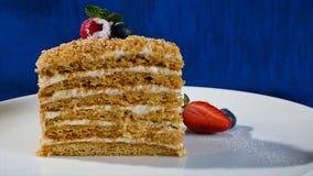 I lager kaka med jordgubbar Regnbågekakaslut upp, varvad kaka Jordgubbekortslutningskaka royaltyfri foto