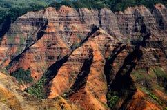 I lager klippor av den Waimea kanjonen Arkivfoto