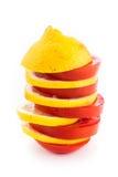 I lager skivor av den gula citronen och den röda tomaten Arkivfoton
