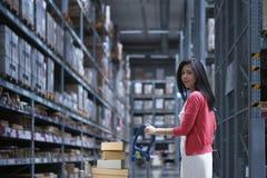 I lagerlagring shoppar att bära för den Asien kvinnan vagnen för att shoppa och valt som köper hemmiljöanordningar arkivbild