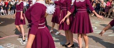 I laureati eleganti stanno ballando il valzer immagine stock