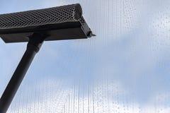 I lavavetri speciali liberano il liquido spumoso dalla superficie di vetro fotografia stock