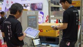 I lavoratori azionano il pannello di scaffale automatico fotografie stock
