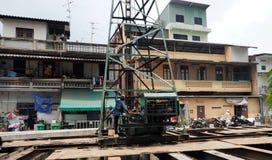 I lavoratori azionano una piattaforma di produzione idraulica Fotografia Stock Libera da Diritti