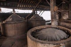 I lavoratori della fabbrica di birra della città di Leshan Qianwei Rochester sono disposti nello stagno di fermentazione del sedi Fotografia Stock Libera da Diritti