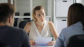 I lavoratori della società stanno offrendo la decisione in materia di sviluppo al capo femminile stock footage