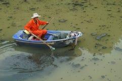 I lavoratori di risanamento puliscono i rifiuti nel fiume Fotografia Stock Libera da Diritti